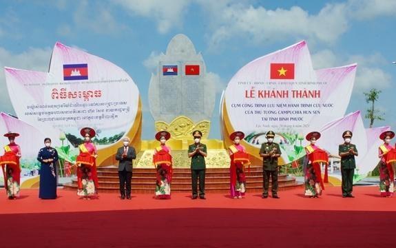 Thượng tướng Phan Văn Giang và Đại tướng Tea Banh cùng các đại biểu đã cắt băng khánh thành cụm công trình. Ảnh: Quân đội nhân dân