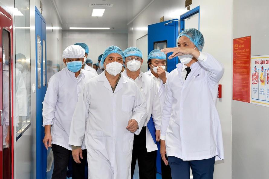 Thủ tướng thăm Công ty cổ phần công nghệ sinh học dược Nanogen-đơn vị nghiên cứu, sản xuất vaccine phòng COVID-19 Nanocovax tại khu công nghệ cao TPHCM. Ảnh: VGP/Nhật Bắc