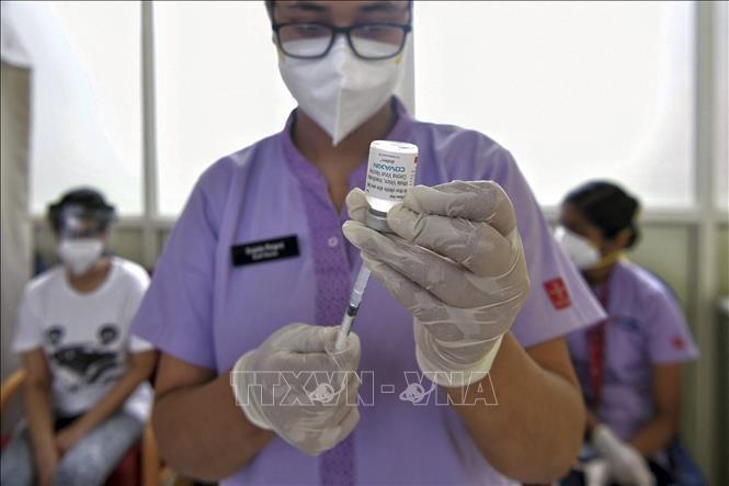 Nhân viên y tế chuẩn bị tiêm vaccine Covaxin phòng COVID-19 cho người dân tại Bangalore, Ấn Độ, ngày 18/6/2021. Ảnh: AFP/TTXVN