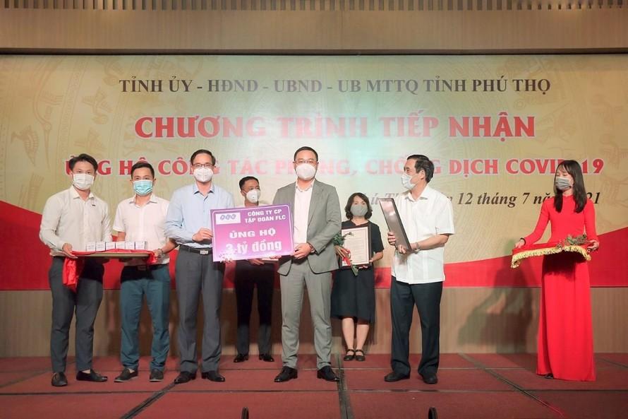 Ông Đỗ Việt Hùng – Phó TGĐ FLC trao tặng 3 tỷ đồng kinh phí hỗ trợ Phú Thọ trong công tác phòng chống dịch