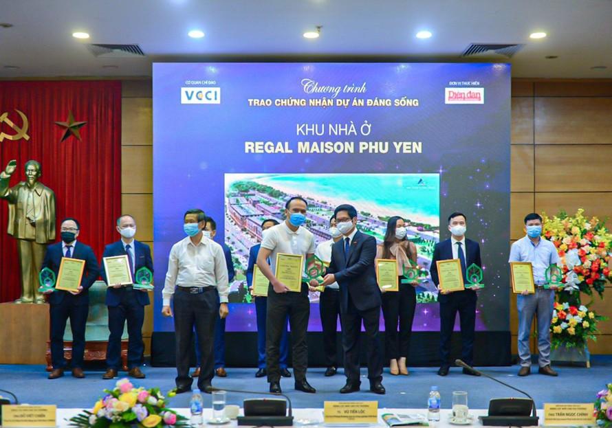"""Đại diện chủ đầu tư ĐXMT nhận giải """"Dự án đáng sống 2021"""" cho dự án Regal Maison Phu Yen"""