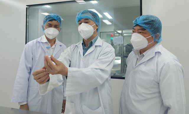 GS.TS Trần Văn Thuấn, kiểm tra vaccine của Công ty cổ phần Công nghệ sinh học dược Nanogen.
