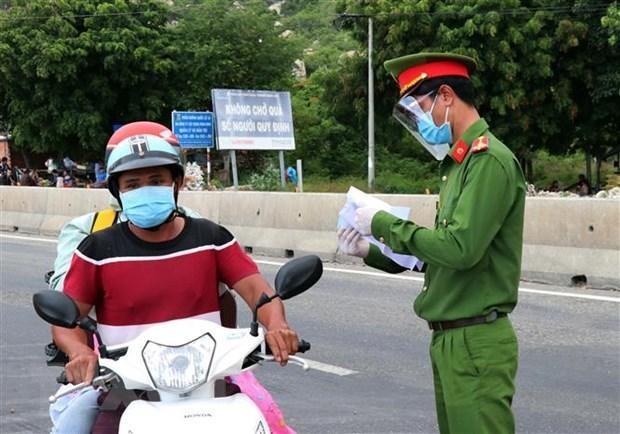 Lực lượng chức năng tại chốt Cà Ná, quốc lộ 1A (địa bàn huyện Thuận Nam, Ninh Thuận). (Ảnh: Công Thử/TTXVN)