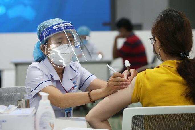 Tiêm chủng vaccine phòng COVID-19 cho người dân sinh sống ở vùng dịch COVID-19
