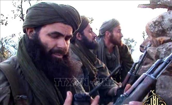 Thủ lĩnh của mạng lưới khủng bố Al Qaeda khu vực Bắc Phi Abdelmalek Droukdel (trái) đã bị các lực lượng Pháp tiêu diệt ở khu vực miền Bắc Mali. Ảnh: AFP/TTXVN