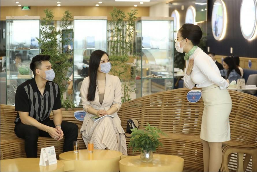 Nhân viên phục vụ hành khách tại Phòng chờ Thương gia của Bamboo Airways.