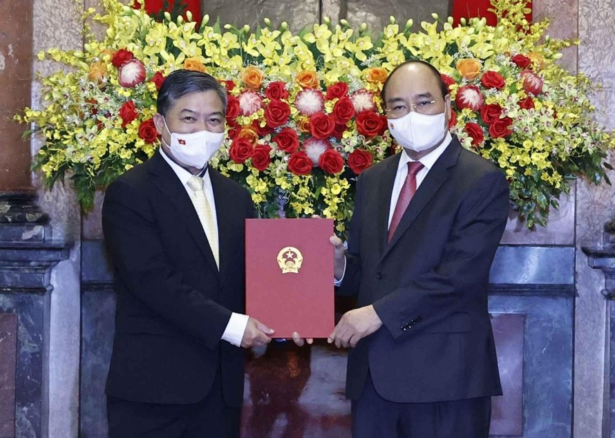 Chủ tịch nước Nguyễn Xuân Phúc trao Quyết định bổ nhiệm Đại sứ Đặc mệnh toàn quyền Việt Nam tại Campuchia cho đồng chí Nguyễn Huy Tăng.