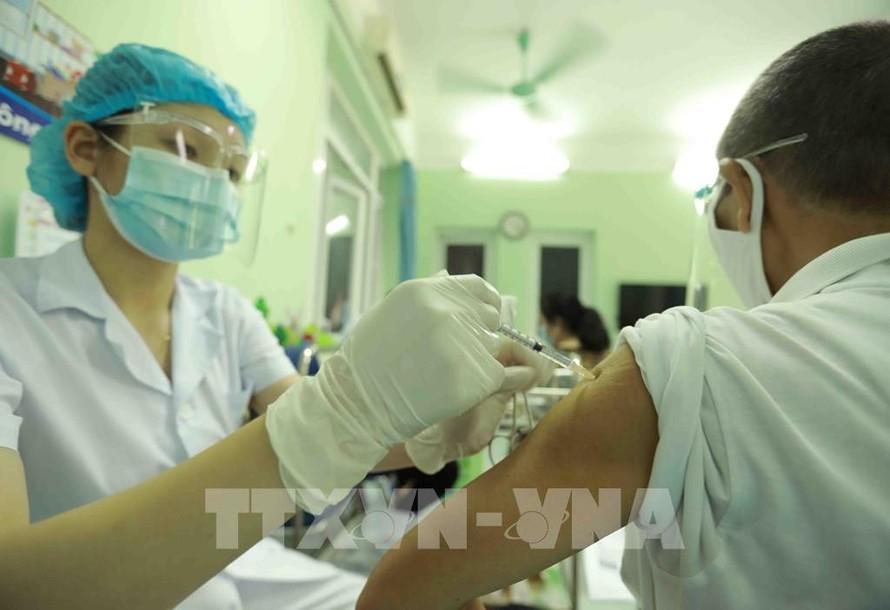 Khẩn trương tiêm mũi 2 vaccine phòng COVID-19 cho những người đã tiêm mũi 1