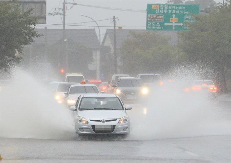 Bão Chanthu gây ngập nặng trên đảo Jeju, nhiều chuyến bay bị hủy
