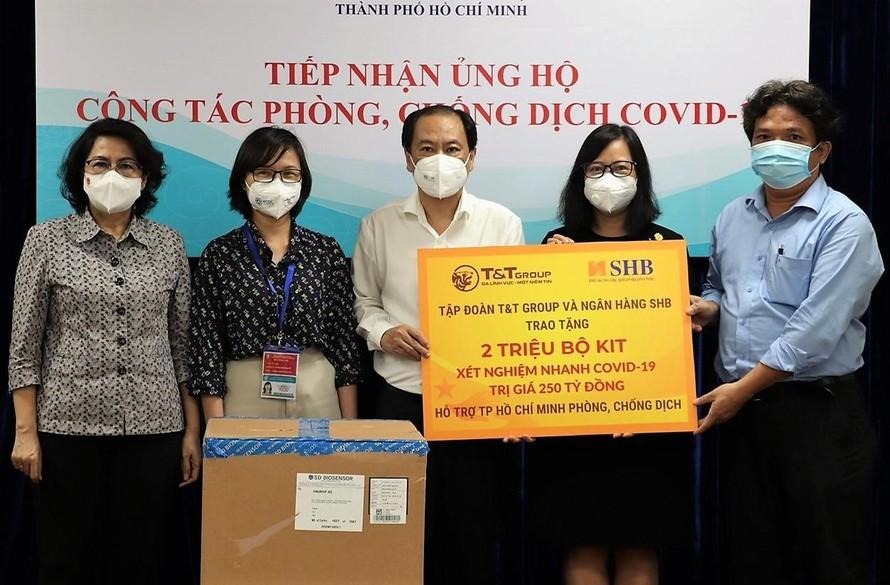Đại diện Tập đoàn T&T Group và Ngân hàng SHB trao tặng 2 triệu kit xét nghiệm nhanh COVID-19 cho lãnh đạo Ủy ban MTTQ Việt Nam TPHCM và Sở Y tế TPHCM.