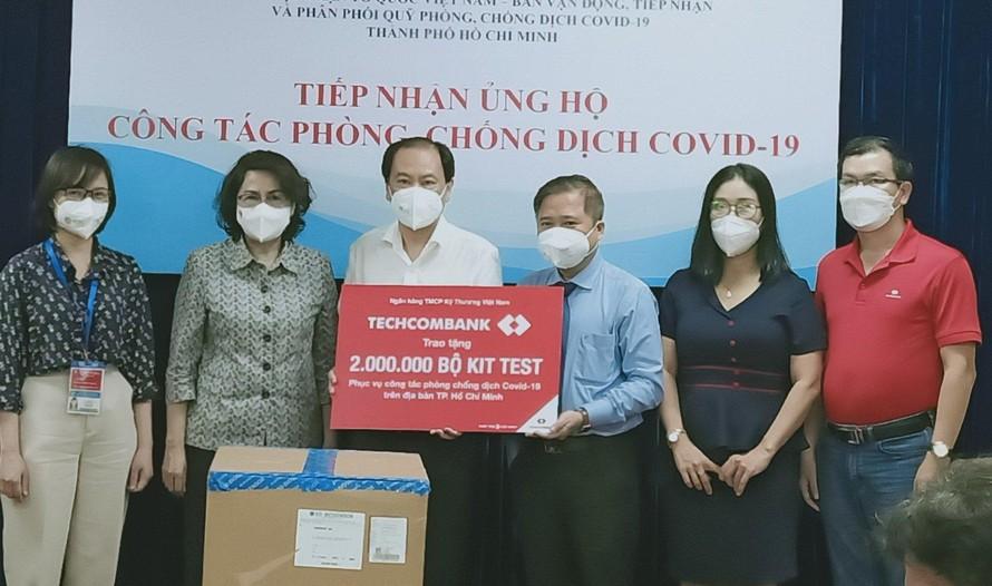 Đại diện lãnh đạo Techcombank trao tặng 2 triệu kit test covid 19 cho Ủy Ban Nhân dân TP. HCM