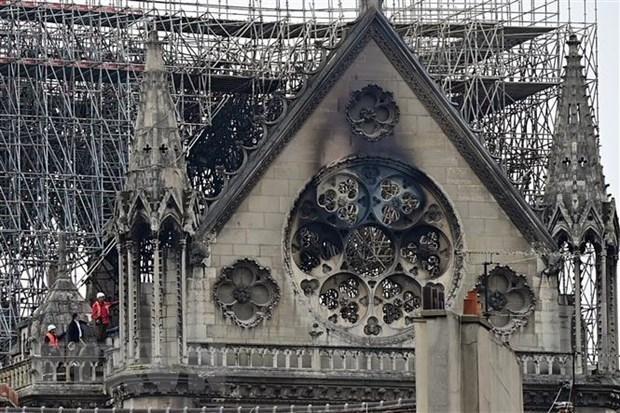 Phần mái nhà thờ Đức Bà ở Paris bị hư hỏng sau vụ cháy ngày 16/4/2019. (Ảnh: AFP/TTXVN)