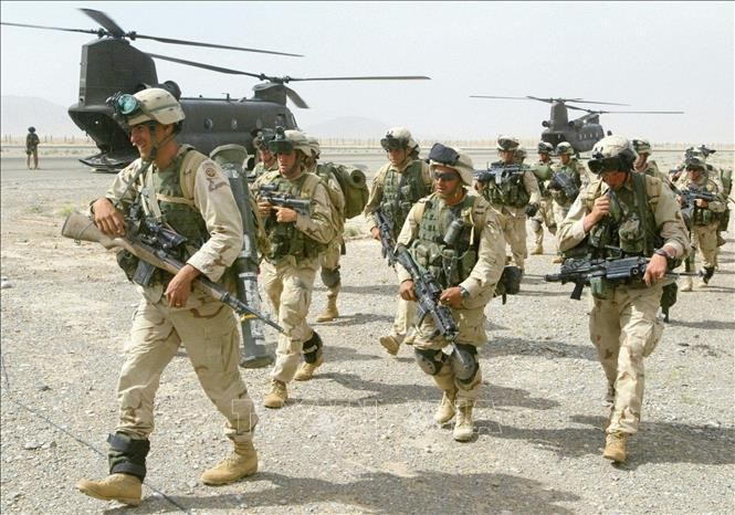 Binh sĩ Mỹ tới căn cứ không quân Kandahar, Afghanistan, ngày 20/5/2003. Ảnh tư liệu: AFP/TTXVN