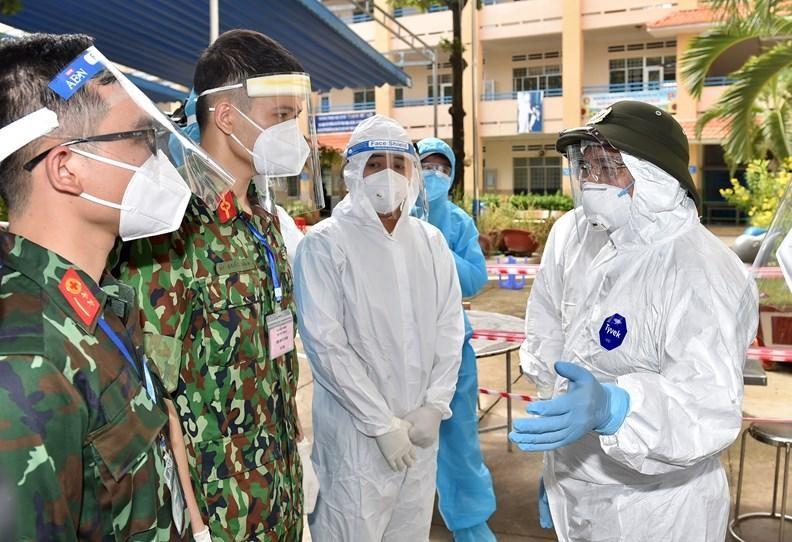 Thủ tướng Phạm Minh Chính (ngoài cùng bên phải) kiểm tra một trạm y tế lưu động tại TP Hồ Chí Minh, ngày 26/8 - Ảnh: VGP/Nhật Bắc