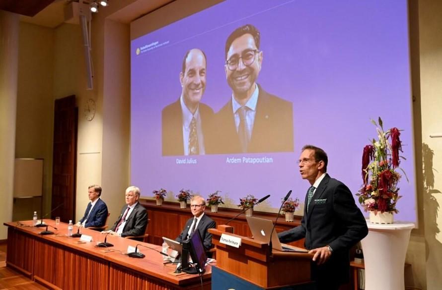 Hai nhà khoa học David Julius (trái) và Ardem Patapoutian (phải) được xướng tên trong lễ trao giải Nobel Y Sinh tại Viện Karolinska ở Stockholm, Thụy Điển, ngày 4/10. Ảnh: AFP