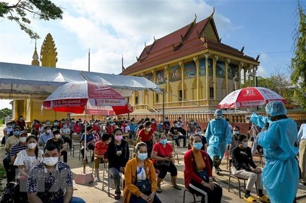 Một điểm tiêm vaccine ngừa COVID-19 tại Phnom Penh, Campuchia ngày 20/5/2021. (Ảnh: AFP/TTXVN)