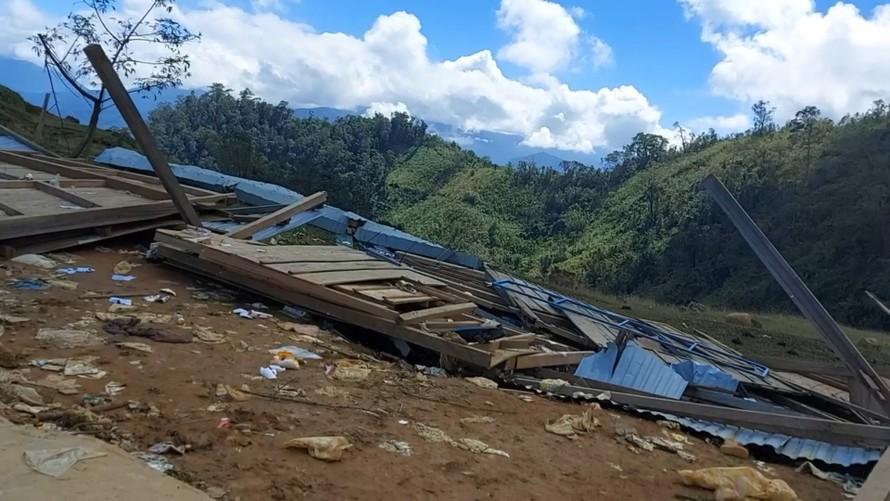 Trường nhỏ trên bản Tu Nấk bị bão giật sập