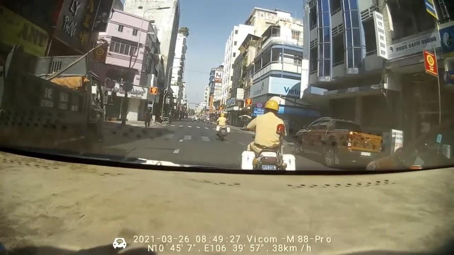 """Cảnh sát giao thông mở đường """"cứu"""" mẹ con sản phụ trên taxi"""