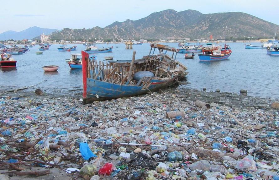 Bờ biển Ninh Thuận đang bị rác thải nhựa 'nhấn chìm'