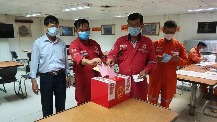 Tập đoàn Dầu khí Quốc gia tổ chức bầu cử sớm trên tàu Hoàng Sa và xà lan VSP06