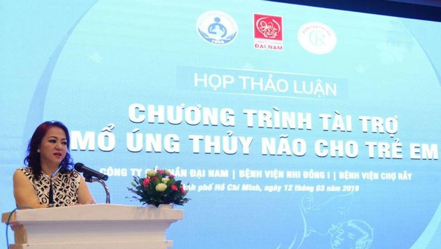 Bà Phương Hằng phát biểu tại một chương trình tài trợ cho trẻ em