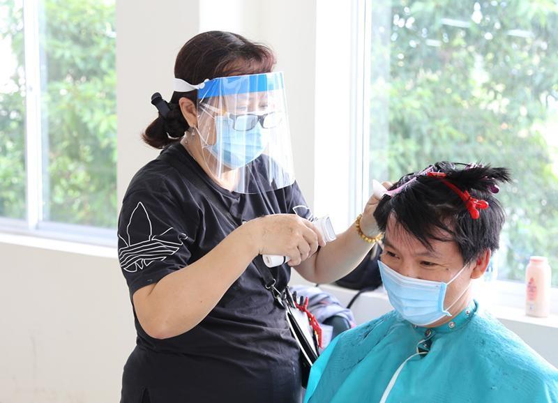 Hàng trăm y bác sĩ bệnh viện Chợ Rẫy được 'xuống tóc' miễn phí