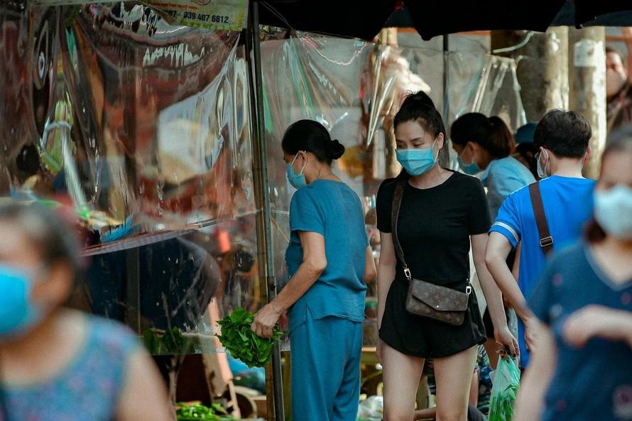 Cận cảnh khu chợ được bịt kín bằng ni-lon tại Hà Nội