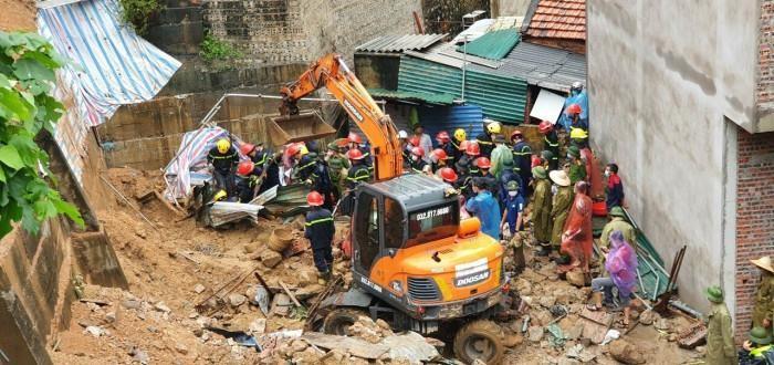 Lở đất kinh hoàng vùi lấp 4 người tại TP Hạ Long