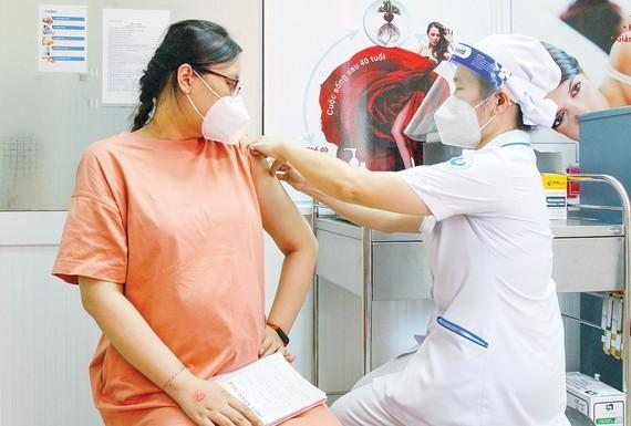 Tiêm vaccine Covid-19 cho thai phụ: Nhiều lợi ích hơn nguy cơ