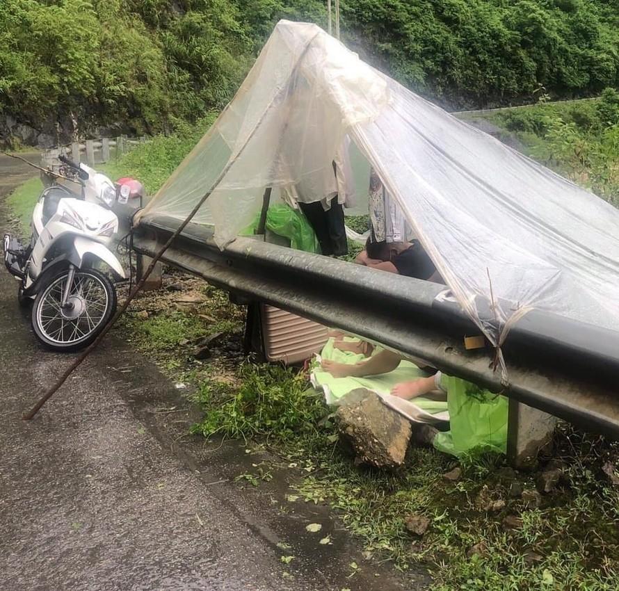 Không có chuyện 4 thanh niên bị cấm về quê tránh dịch, phải làm lều ngủ bên đường