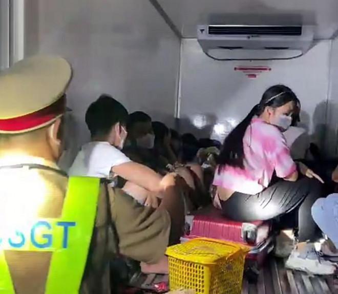 15 người suýt chết ngộp vì trốn trong xe đông lạnh để thông chốt kiểm dịch