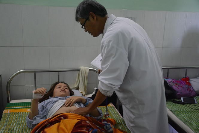 Sau khi bị hành hung, hiện cô Mai đang phải nằm viện để điều trị. (Ảnh: Nam Thịnh)