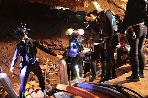 Các thợ lặn hải quân Thái Lan tham gia chiến dịch giải cứu đội bóng thiếu niên mắc kẹt trong hang Tham Luang. (Ảnh: AFP)