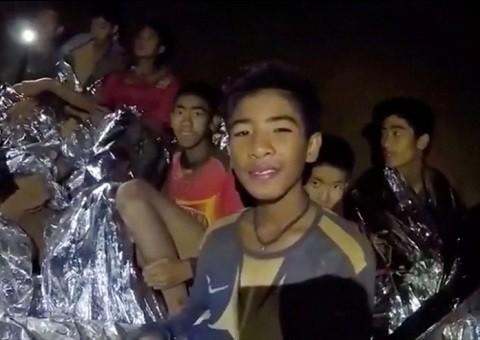 Các cầu thủ đội bóng thiếu niên Thái Lan khi ở trong hang. (Ảnh: Reuters)
