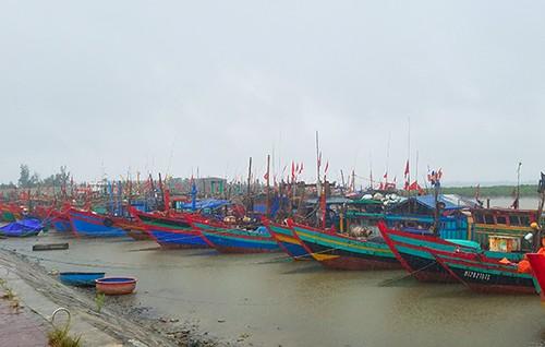 Tàu thuyền neo đậu tại cảng cá Cửa Sót (Hà Tĩnh) trưa ngày 18/7. (Ảnh: Đức Hùng)