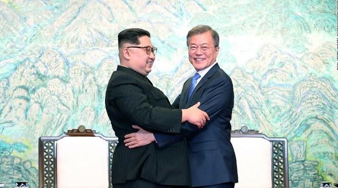 Tổng thống Hàn Quốc Moon Jae-in gặp nhà lãnh đạo Kim Jong-un ở Bình Nhưỡng.