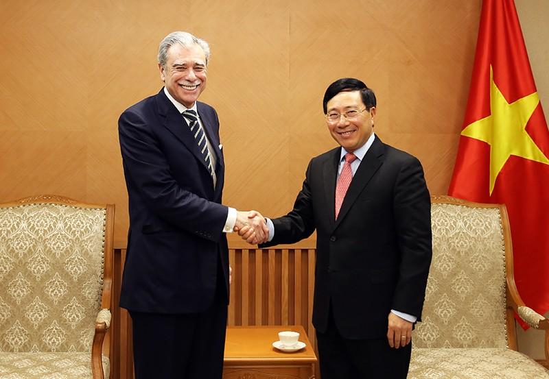 Phó Thủ tướng Phạm Bình Minh và ông Carlos Gutierrez, nguyên Bộ trưởng Thương mại Hoa Kỳ, Chủ tịch Tập đoàn Albright Stonebridge - Ảnh: VGP/Hải Minh