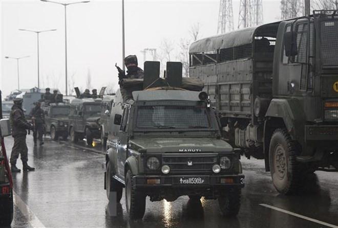 Binh sỹ Ấn Độ gác gần hiện trường vụ tấn công tại Jammu và Kashmir ngày 14/2. (Ảnh: THX/TTXVN)