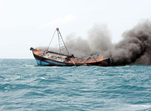 Tàu cá bị cháy trên biển trong đêm, rất may 12 đã được cứu thoát. Ảnh minh hoạ