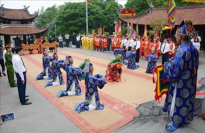 Thực hành nghi lễ Tế tổ tại Lễ giỗ Đức Quốc Tổ Lạc Long Quân. Ảnh: Trung Kiên/TTXVN