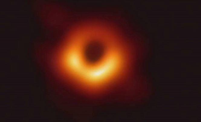 Hình ảnh Lỗ đen đầu tiên con người chụp được. Hố đen này cách Trái đất khoảng 55 triệu năm ánh sáng và có khối lượng khoảng 6,5 tỉ lần khối lượng Mặt Trời, nằm ở trung tâm thiên hà Messier 87.