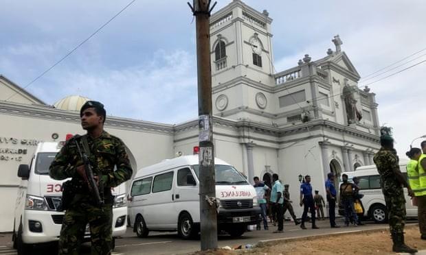 Các quan chức quân đội Sri Lanka đứng bảo vệ trước đền St Anthony cha ở thủ đô Colombo sau một vụ nổ. Ảnh: Reuters