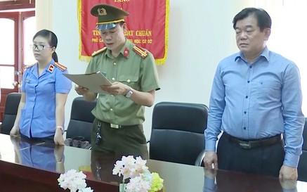 Ông Hoàng Tiến Đức (ngoài cùng bên phải) bị cách mọi chức vụ trong Đảng. - Ảnh: VOV