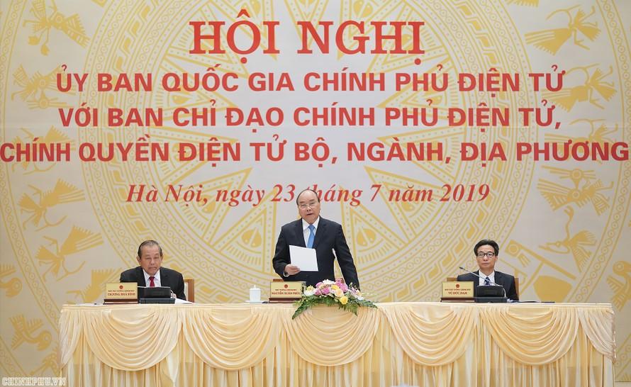 Thủ tướng Nguyễn Xuân Phúc và các Phó Thủ tướng Trương Hòa Bình, Vũ Đức Đam tại Hội nghị trực tuyến Ủy ban quốc gia về Chính phủ điện tử. Ảnh: VGP/Quang Hiếu