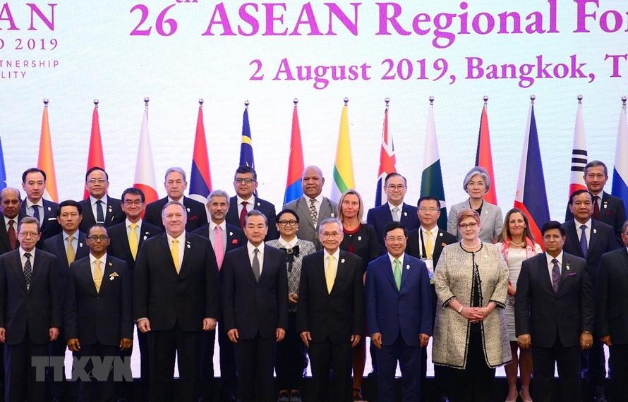Các đại biểu dự Diễn đàn Khu vực ASEAN lần thứ 26 chụp ảnh chung. (Ảnh: Pv TTXVN tại Thái Lan)