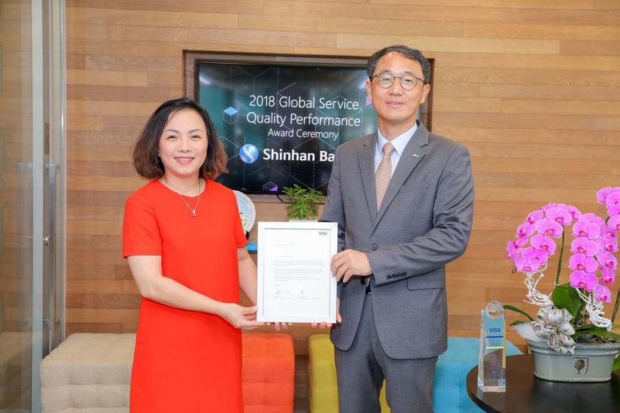 Ngân hàng Shinhan nhận giải thưởng 'Dịch vụ chất lượng toàn cầu 2018' của tổ chức Visa