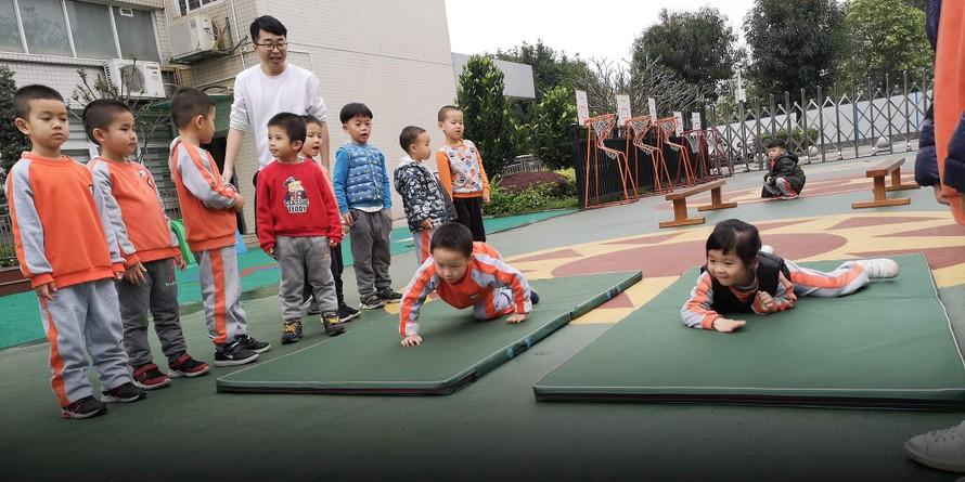 Các học sinh mắc chứng tự kỷ tại trường mẫu giáo Yulan được tham gia các hoạt động giáo dục kiến thức và thể chất với các bạn đồng trang lứa.