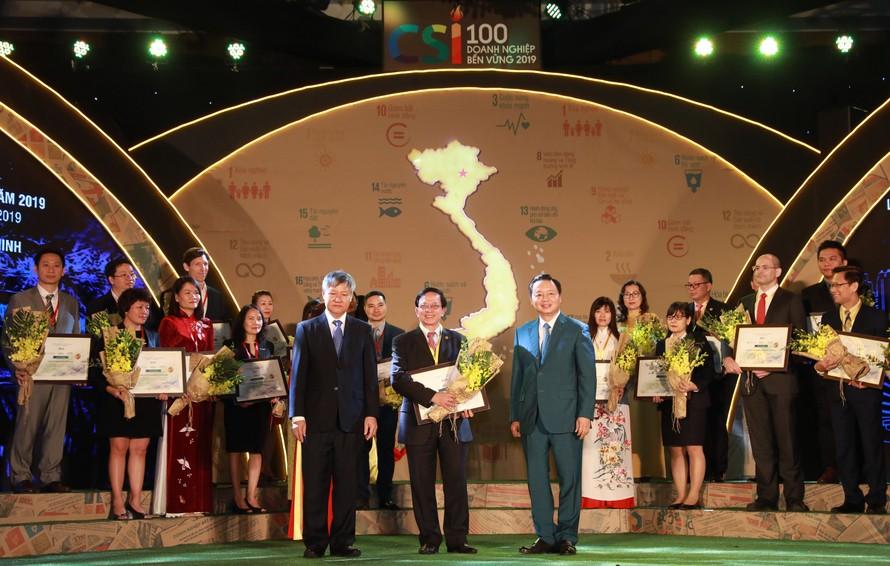 Bộ trưởng Bộ Tài nguyên và Môi trường Trần Hồng Hà (phải) và Phó chủ tịch VCCI Võ Tiến Thành (trái) trao Chứng nhận Top 10 doanh nghiệp bền vững 2019 cho đại diện HDBank – ông Nguyễn Thành Đô, Phó Chủ tịch HĐQT.