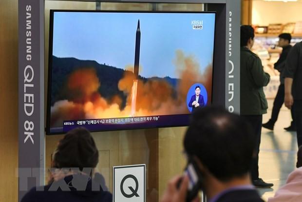 Người dân theo dõi vụ phóng vật thể bay của Triều Tiên qua màn hình tivi ở Seoul. (Ảnh: AFP/TTXVN)