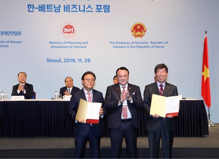 Thủ tướng Chính phủ Nguyễn Xuân Phúc (ngồi thứ 2 từ trái sang) và đại diện Chính phủ Hàn Quốc chứng kiến Lễ ký kết hợp tác liên doanh giữa Tân Hoàng Minh và các đối tác.